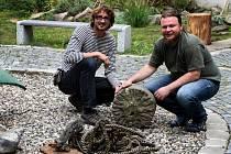 Zleva jsou historik Martin Krsek a archeolog Luboš Rypka s nálezy ze dna řeky.