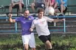 Fotbalisté Velkého Března (bíločerní) po vyrovnaném průběhu porazili Přestanov (fialovo-bílí) 3:2.