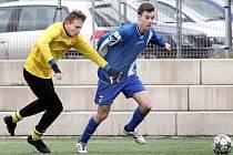 Fotbalisté Brné (žlutí) zdolali v přípravném utkání Libouchec (modří) 3:2