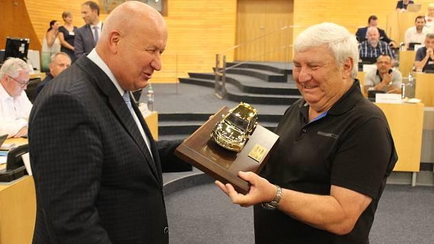 Za roky úspěšné spolupráce mezi Ústeckým krajem, BESIPem a krajskou dopravní policií poděkovali Janu Pechoutovi hejtman Oldřich Bubeníček.