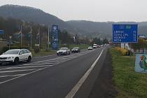 Pokládání nového povrchu u Neštěmic a stavba nového mostu v Malšovicích.