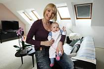 Na návštěvě v teplickém bytě Paroubkových. Petra Paroubková s dcerou.