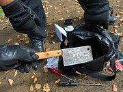 V brašně údajného útočníka strážníci skutečně našli sekáček na maso.