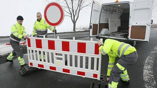 Jakmile je na objízdných trasách nedokončeného úseku dálnice D8 potřeba jejich část opravit, je nutné je částečně uzavřít. A pro řidiče nastávají muka. Jako tomu bylo po několik dní letos v lednu na silnici II/247 u Lovosic.