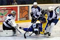 Ústečtí hokejisté (modro-žlutí) se na úvod nové sezony utkali s Mostem.