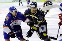 Ústečtí hokejisté (modro-žlutí) prohráli v Litoměřicích 3:4 v prodloužení.