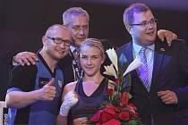 Lukáš Konečný (vlevo) slaví triumf své svěřenkyně Fabiany Bytyqi v souboji s Bulharkou Bačevovou.