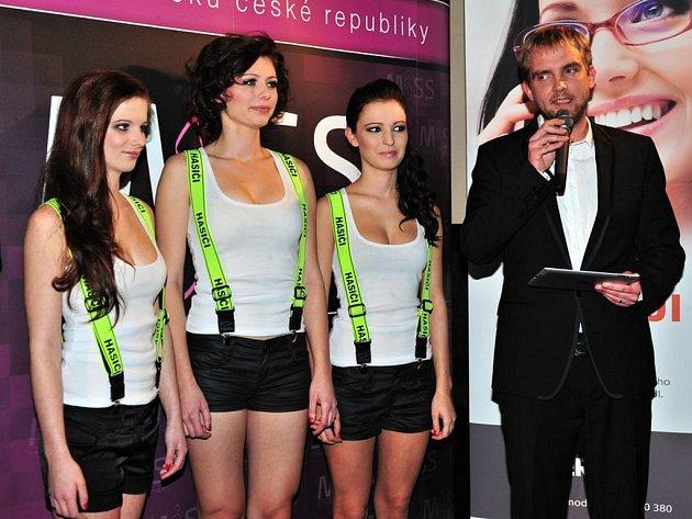 Moderátor Libor Bouček s loňskými vítězkami při představení kalendáíře miss Hasička.