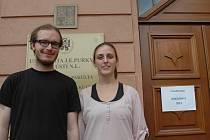 Portugalku Teresu Monteirovou (vpravo) a Fina  Mikaela Töröho můžete potkat v ústeckých ulicích.