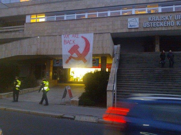 Ústečané demonstrovali proti komunistům vkrajském zastupitelstvu.