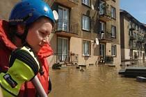 Střekovské nábřeží, středa 5. června 2013. I tady dobrovolní hasiči ze Střekova pomáhali celé dny. Na snímku jedna z nich.