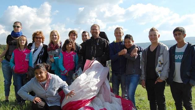 Závodů v přesnosti přistání se zúčastnil i rekordman Miroslav Oros a herečka Naďa Konvalinková s dětmi z dětského domova na Severní Terase.