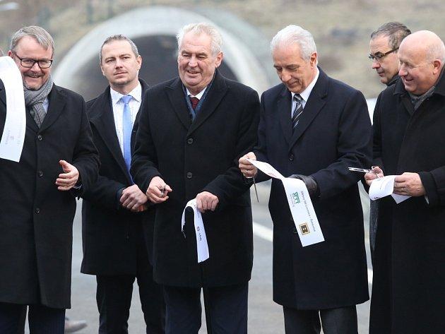 Slavnostní přestřižení pásky na dálnici D8. Akce se účastnil prezident republiky Miloš Zeman.