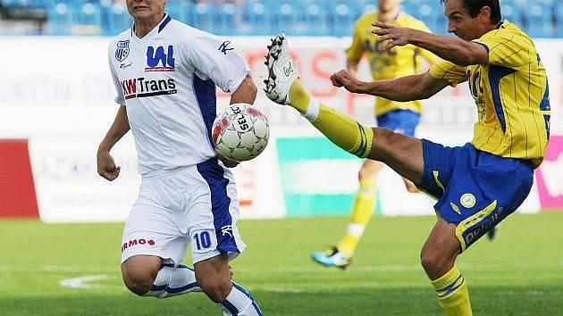 Na snímku bojuje ústecký fotbalista Dominik Kraut (vlevo) s teplickým Milanem Matulou.