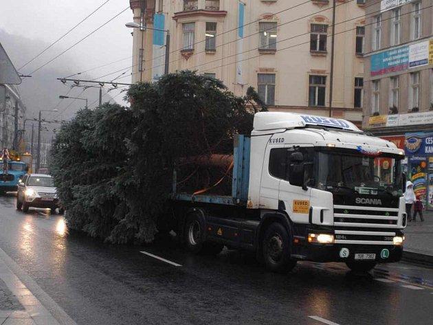 Vánoční strom přijiždí na náměstí...