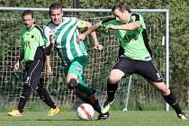 Fotbalisté Libouchce (pruhovaní) porazili Hostovice 3:0.