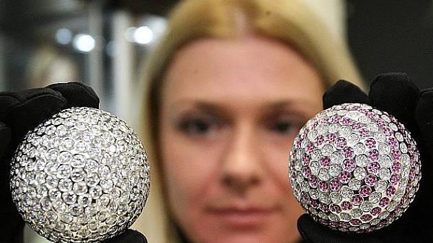 Majitelka klenotnictví v obchodním domě Forum Dana Šusterová ukazuje vzácné golfové míčky.