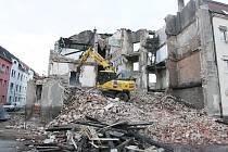 Na několikapatrovém totálně vybydleném domu na rohu ulic Marxova a Řeháčkova pracuje demoliční četa.