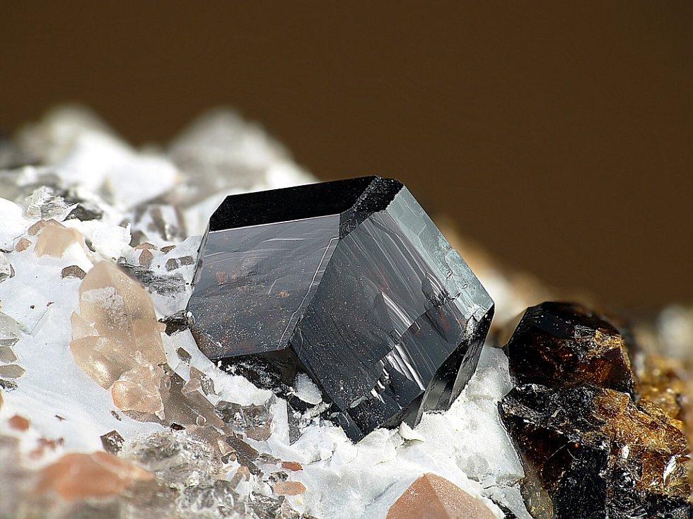 Úchvatné snímky krystalů minerálů začal fotograf pořizovat před šesti lety. Nyní jich má na kontě už kolem třinácti stovek.