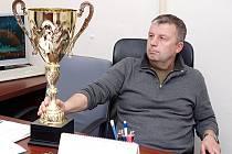 Na vítěze přespolního běhu, který je součástí Vánoc na vsi v Malečově, čeká zlatý pohár od starosty Petra Kůstky.