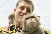 Do Ústí nad Labem zavítal cirkus Šimek. Jeho spolumajitel Josef Šimek ukazuje cvičené opičky a velblouda.