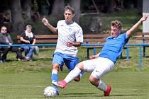I.B třída 22. kolo. Chlumečtí fotbalisté (bílá trika) podlehli hostům ze Šluknova (modrá trika) těsně 1:2.