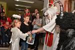 Mikuláš s čertem a andělem přišli do cukrárny v Doběticích
