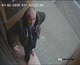 Policisté pátrají po totožnosti muže z fotografií.