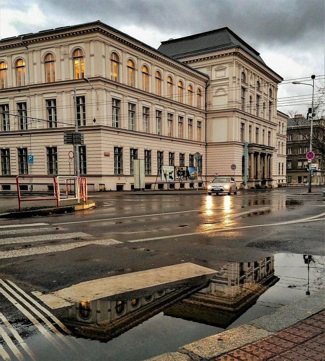 Ústecký fotograf Martin Vodňanský si oblíbil snímky zachycující dominanty města nad Labem v odrazu kaluže. Říká jim loužovky. Na snímku je budova muzea.
