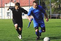 Fotbalisté Libouchce (černé dresy) prohráli ve Šluknově 0:3.