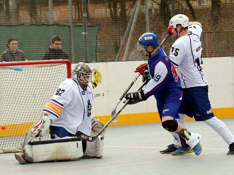 Hokejbalisté Elby DDM (bílé dresy) doma podlehli Mostu 2:3.