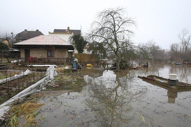 Voda ve Svádově zatopila zahrady i hřiště...