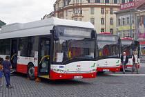 Dopravní podnik představil na Mírovém náměstí tři své nové vozy Solaris Urbino na zemní plyn.