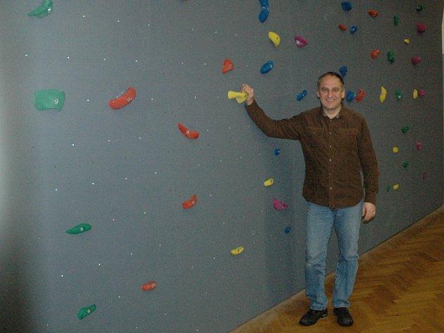 Starosta Josef Kusebauch u nové horolezecké stěny v chabařovické sportovní hale.