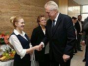 Miloš Zeman se pozdravil s obsluhou rautu.