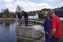 Únik vody z rybníka Kačák řeší radnice v Tisé.