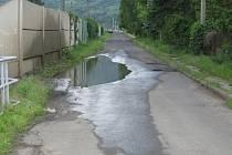 Stále zatopená část silnice v ulici Čajkovského u stanice MHD U vodárny. Místní jí říkají malé jezero Miládka.