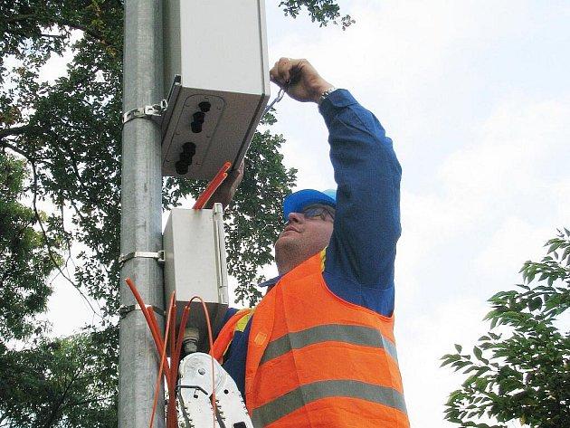 Instalace kamer v Mánesových sadech na křižovatce ulic Londýnská a Moskevská.