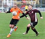 Fotbalisté Mojžíře (v oranžovočerném) doma porazili v ostře sledovaném derby před 450 diváky Neštěmice 1:0. Foto: Deník/Rudolf Hoffmann