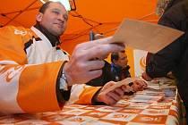 Jako na každém předvolebním mítinku nechyběla autogramiáda lídrů volební kandidátky Jiřího Paroubka, Petra Bendy a Jiřího Šlégra.