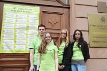 """21 TEZÍ kvalitního vzdělávání budoucích pedagogů """"přibili"""" studenti na dveře Pedagogické fakulty v Ústí."""