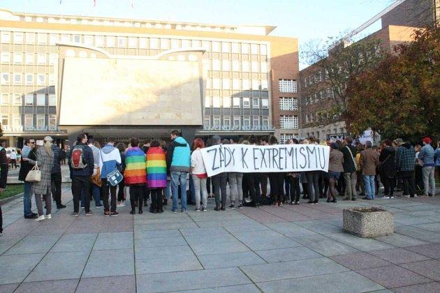 """Proti Ortelu a """"dělníkům"""" se vÚstí postavili zády desítky lidí,"""