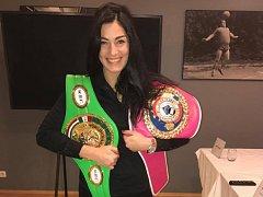 Boxerka Lucie Sedláčková se svými mistrovskými pásy.