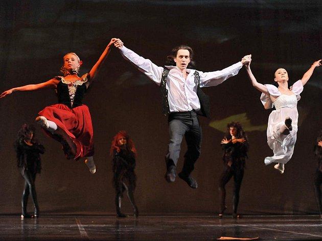 (Zleva) sólisté baletu ústeckého divadla Michaela Procházková, Vladimír Gončarov a Rita Plešková.
