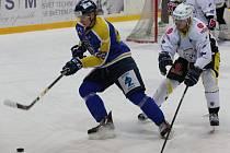 Hokejisté Slovanu (modří) se ujali vedení 2:1 na zápasy.