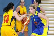 Basketbalistky Slunety (vpravo Koubová) si loni ve druhé lize vybojovaly postup. Toho ale nevyužily.