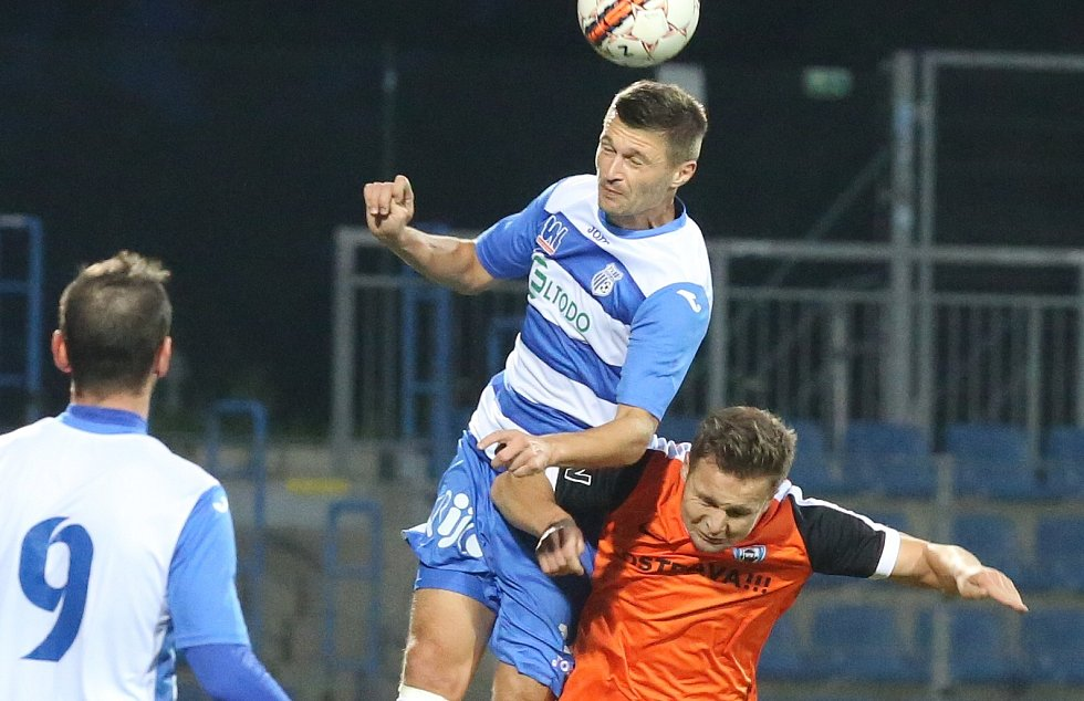 Ústečtí fotbalisté (modro-bílí) doma porazili Vítkovice 2:1.