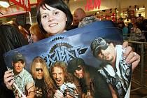 Ústečanům udělali Kabáti radost už před koncertem. Pro podpis si v pondělí do obchodního centra Forum přišly davy fanoušků i fanynek.