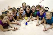 Gymnastky ústeckého oddílu GKS pózují s trofejí pro vítězky Českého poháru společných skladeb.
