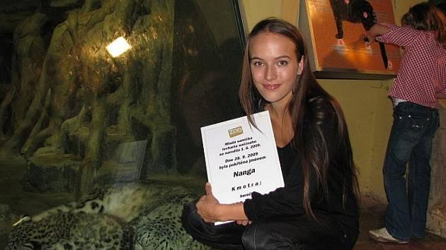 Kmotrou malé levhartice je mladá půvabná dvacetiletá herečka Tereza Voříšková známá rolí dračice Radky ve filmu Rafťáci.